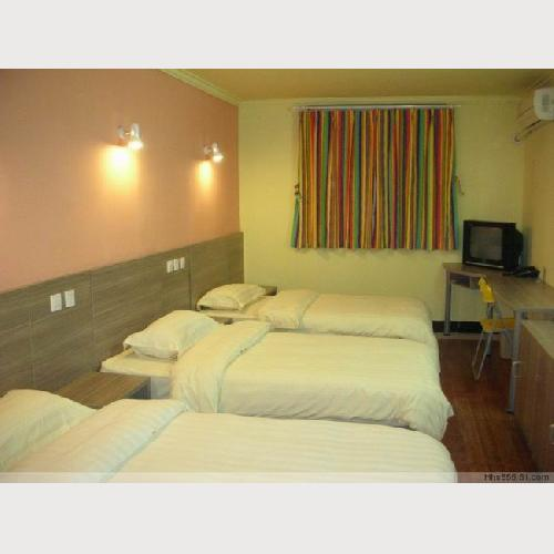 No. 161 Hostel Beijing 3-bed Room shared bathroom,with TV, air-conditioning and telephone
