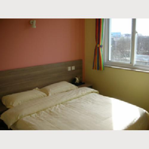 No. 161 Hostel Beijing Normal big bed room shared bathroom, with TV, air-conditioning and telephone.